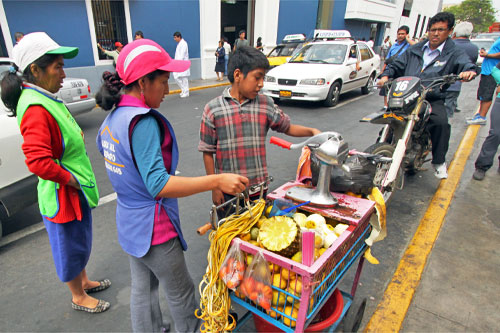 Create your own mix of fresh fruit juices at a street vendor