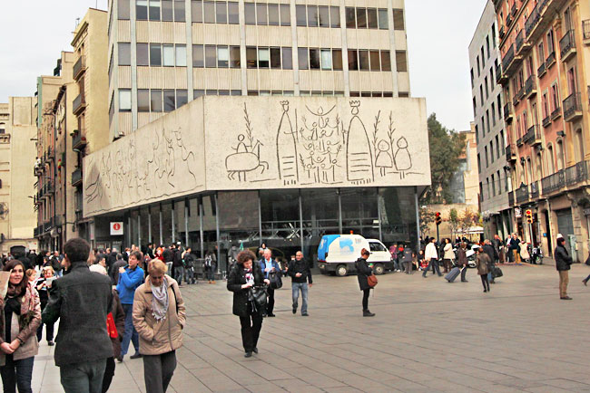 Facade of the Association of Catalan Architects features Picasso work, done in the style of Joan Miro