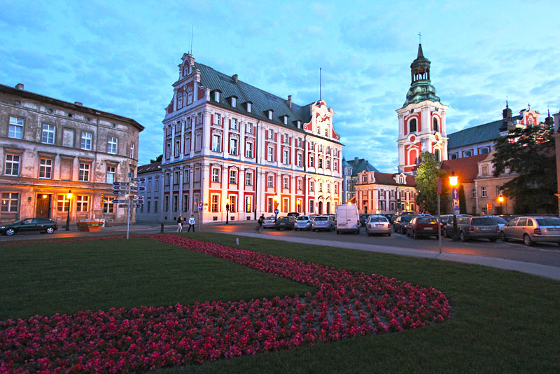 Poland-Poznan-City-Hall-and-Belll-Tower-Night