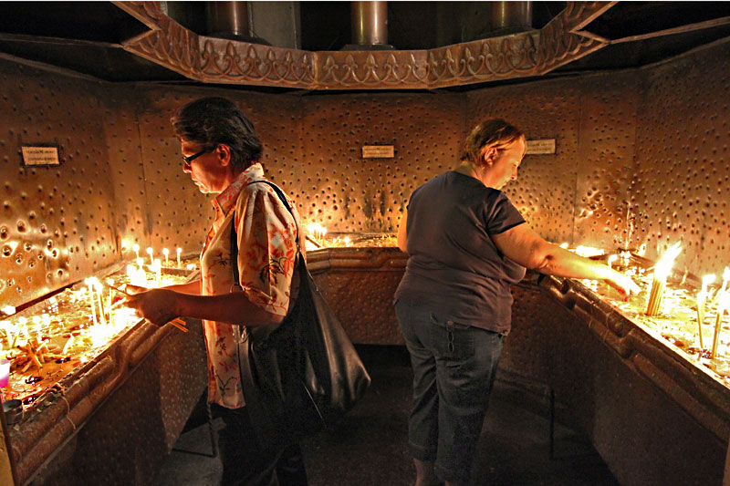 Romania-Cluj-Napoca-Dormition-of-the-Theotokos-Cathedral-Interior-Lighting-Candles2