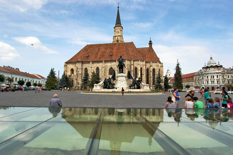 Romania-Cluj-Napoca-Matthias-Corvinus-Statue-and-Saint-Michael's-Cathedral-on-Union-Squarer