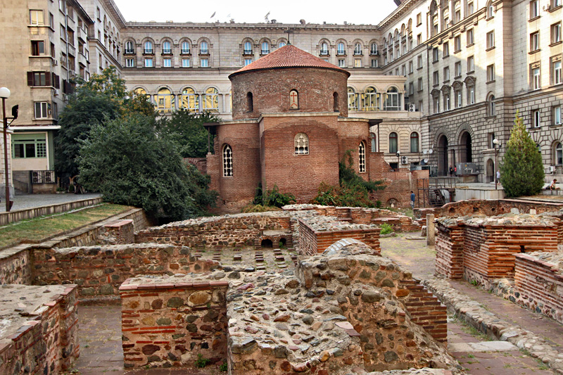 Bulgaria-Sofia-Church-of-St-George-The-Rotunda-with-ancient-ruins-of-town-of-Serdica