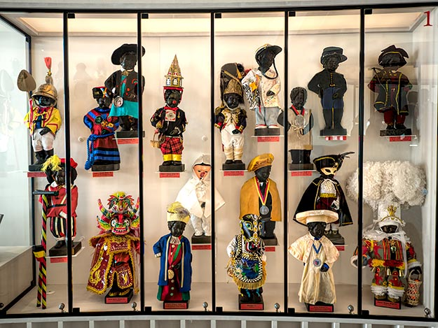 Display case at the GardeRobe Museum, which holds more than 1,000 costumes that Manneken Pis has worn over the years