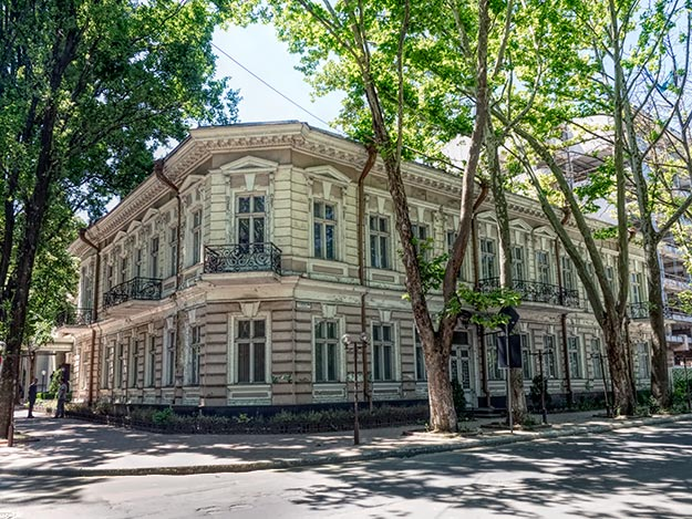 Prime example of the old mansions dotted around Chisinau