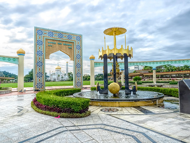 This gateway in Bandar Seri Begawan was erected to commemorate the spot where independence was declared in 1984. The Sultan Omar Ali Saifuddien Mosque is framed in the gateway.