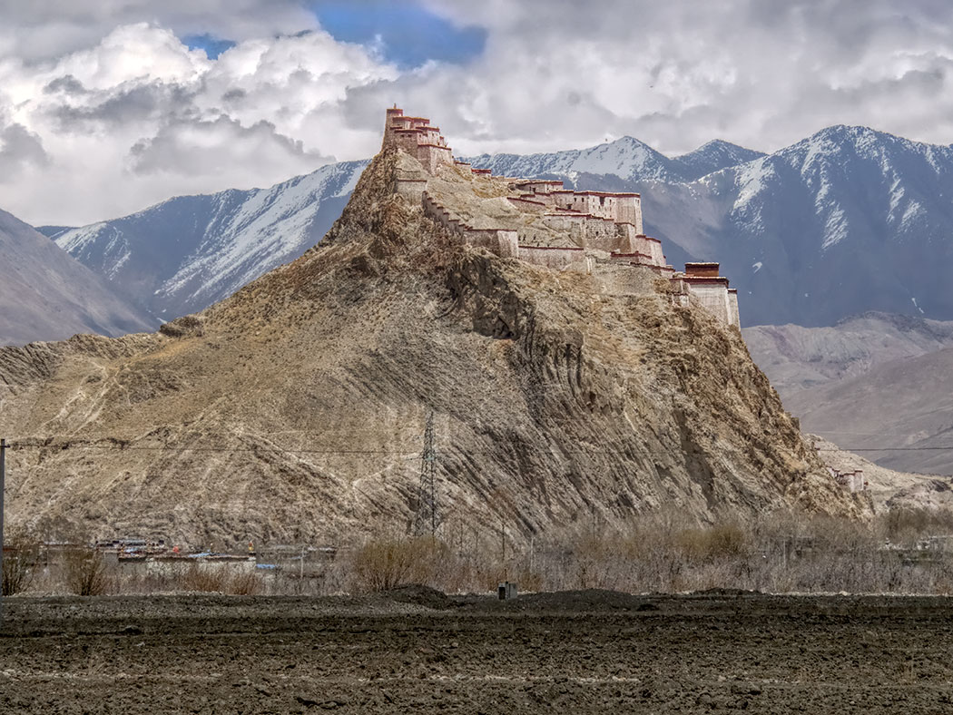 Gyantse Dzong (Gyantse Fortress) perches atop a stony outcropping just outside the town of Gyantse in southern Tibet